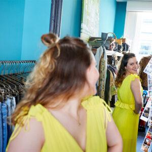 Roos die zichzelf in de spiegel bekijkt in een gele jurk