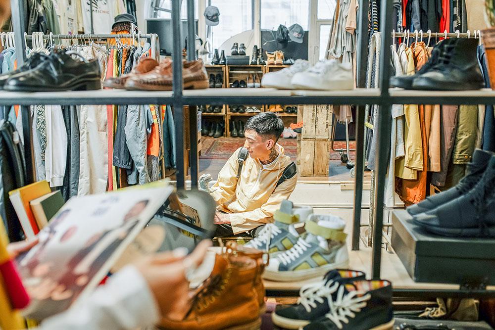 Jongen in kledingwinkel