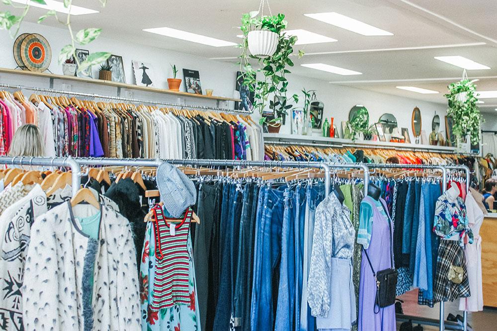 Rekken met kleding in winkel